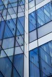 Crystal fasad med reflexioner abstrakt bakgrundsbyggnad Royaltyfri Bild