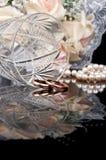 crystal gifta sig bägareför guldcirklar Royaltyfria Bilder