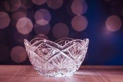 Crystal glass bunke med bokehbakgrund Arkivfoton