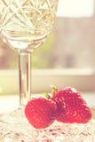 Crystal Glass con el vino y la fresa Foto de archivo