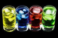 4 Crystal Glasses con 4 bevande colorate differenti di freddo Immagini Stock
