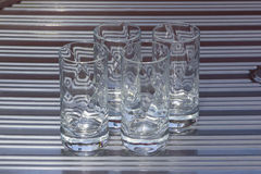 4 Crystal Glasses no dissipador Fotos de Stock Royalty Free