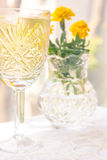 Crystal Goblet elegante con el vino blanco Fotografía de archivo