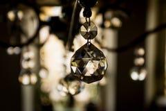 Crystal hänge för ljuskrona tänd refraktion royaltyfria bilder