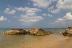 Crystal hav och mycket stora stenar Arkivbilder
