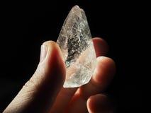 Crystal Healer die duidelijk kwarts houden stock foto