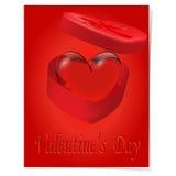 Crystal Heart em uma caixa de presente com uma curva vermelha em um fundo vermelho Imagem de Stock
