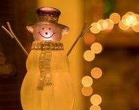 Crystal Holiday Snowman Ornament Sitting na frente de um envoltório decorado da chaminé fotografia de stock