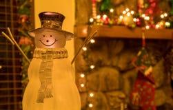 Crystal Holiday Snowman Ornament Sitting vor einem verzierten Kamin-Umhang Lizenzfreies Stockbild