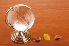 Crystal jordklot över skrivbordet Fotografering för Bildbyråer