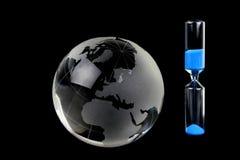 Crystal jordklot och timglas Royaltyfri Bild