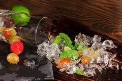Crystal kall is Iskuber med jordgubbe-, druva-, limefrukt-, carambola- och mintkaramellris Ingredienser för sommarcoctailar kopie Arkivbilder