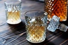 Crystal karaff Crystal exponeringsglas Konjak konjak, whisky Fotografering för Bildbyråer