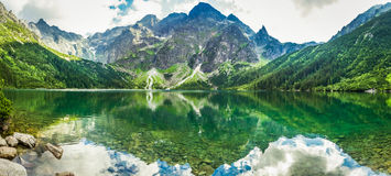 Crystal Lake in de rotsachtige bergen Royalty-vrije Stock Afbeelding