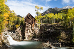Crystal Mill avec des arbres d'automne changeant le jaune Photo stock