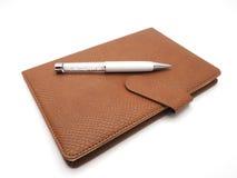 Crystal penna med konstläderboken på vit bakgrund Royaltyfria Foton