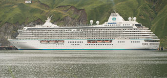 Crystal Serenity Departing Dutch Harbor stock foto's