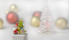 Crystal Snow-Mann und Santa Claus mit Weihnachtsballhintergrund Stockbild