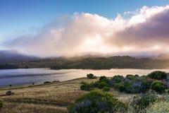 Crystal Springs Reservoir bei Sonnenuntergang, San- Francisco Baybereich, Kalifornien stockbilder