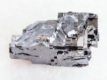crystal sten för grov Galena på vit marmor arkivfoton