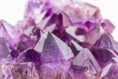Crystal Stone, purpere ruwe violetkleurige kristallen royalty-vrije stock afbeeldingen