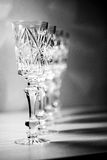 Crystal vinexponeringsglas på tabellen royaltyfria bilder