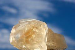 Crystalls jaunes sur le fond de ciel bleu Photos stock