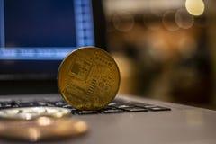 Crytocurrency de Bitcoin sur l'ordinateur portable avec le bokeh la nuit, s photo libre de droits