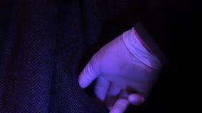 CSI βγάζει το πυροβόλο όπλο από την πιθανή τσέπη διανυσματική απεικόνιση