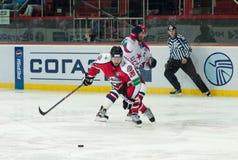 CSKA (莫斯科)的曲棍球运动员和为顽童的Donbass (顿涅茨克)战斗 免版税图库摄影