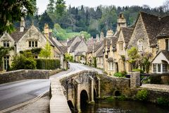 Cstle Combe, Cotswold, Inglaterra - a ponte imagens de stock royalty free