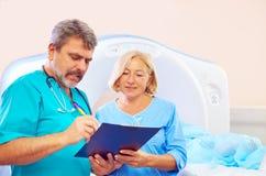 CT扫描器做法的医护人员填装的申请表 免版税库存图片