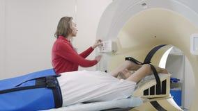 CT-balayage se déplaçant avec l'homme menteur pour le problème de santé de diagnostics banque de vidéos