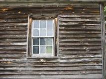 Côté de maison de weatherd avec l'hublot Photographie stock libre de droits