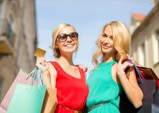 Όμορφες γυναίκες με τις τσάντες αγορών στο ctiy Στοκ εικόνα με δικαίωμα ελεύθερης χρήσης