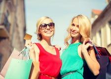 Όμορφες γυναίκες με τις τσάντες αγορών στο ctiy Στοκ φωτογραφία με δικαίωμα ελεύθερης χρήσης
