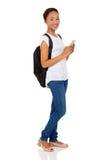 Ctudent facendo uso del telefono cellulare Fotografia Stock