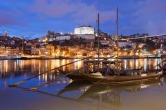Cty av Porto på natten i Portugal Arkivfoton