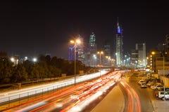 Cty huvudväg i Kuwait på natten Royaltyfria Bilder