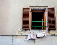 ¿Cuál está a través de la ventana? Imagen de archivo libre de regalías