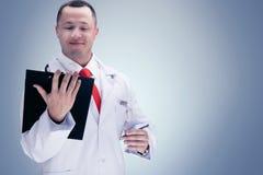 Cuídese con un lazo rojo que sostiene una tableta De alta resolución Foto de archivo