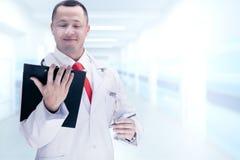 Cuídese con un lazo rojo que sostiene una tableta De alta resolución Imagenes de archivo