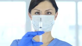 Cuídese en la máscara que celebra la inyección, lista para inyectar metrajes