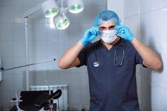 Cuídese en sala de operaciones con las herramientas médicas Concepto de un hospital imágenes de archivo libres de regalías