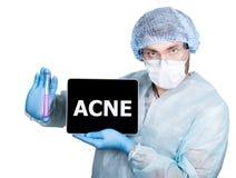 Cuídese en uniforme quirúrgico, sosteniendo el tubo de ensayo y la PC digital de la tableta con la muestra del acné tecnología y  Fotografía de archivo libre de regalías