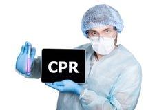 Cuídese en uniforme quirúrgico, sosteniendo el tubo de ensayo y la PC digital de la tableta con la muestra del cpr tecnología y e Imagenes de archivo