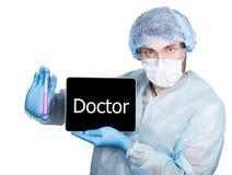 Cuídese en uniforme quirúrgico, sosteniendo el tubo de ensayo y la PC digital de la tableta con la muestra del doctor tecnología  Imagen de archivo libre de regalías