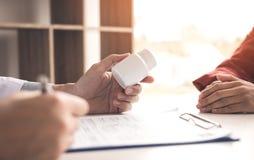 Cuídese está haciendo una lista de la droga al paciente y describen el MED imagen de archivo