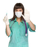 Cuídese o cuide en la mascarilla y la capa del laboratorio que sostienen la jeringuilla Aislado sobre blanco Imagen de archivo