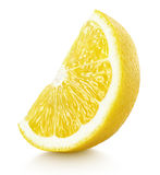 Cuña de los agrios amarillos del limón aislados en blanco Foto de archivo